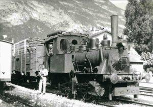 """La Henschel & Sohn n°30 della S.A. Trasporti Pubblici (già n°3 della Ferrovia Centrale del Canavese, poi n°30 della Società Tramvie Vicentine), costruita nel 1882, è in testa ad una tradotta merci pronta a partire da Mezzolombardo per Mezzocorona, sulla ferrovia a scartamento normale conosciuta come """"La Retta"""". La foto, con molta probabilità, risale all'immediato dopoguerra: questa locomotiva a vapore, assieme alla gemella n°29, prestò servizio sulla Retta dal 1936 al 1947. (foto Rolando Neri, archivio Mario Forni)"""